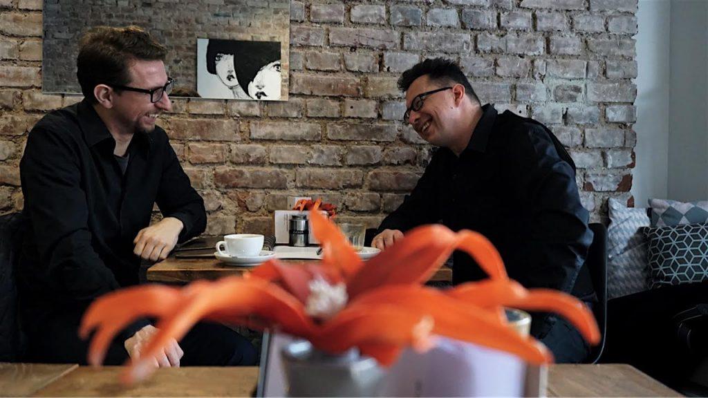 Blogbuster-Autor Gunnar Kaiser mit Kaffeehaussitzer Uwe Kalkowski