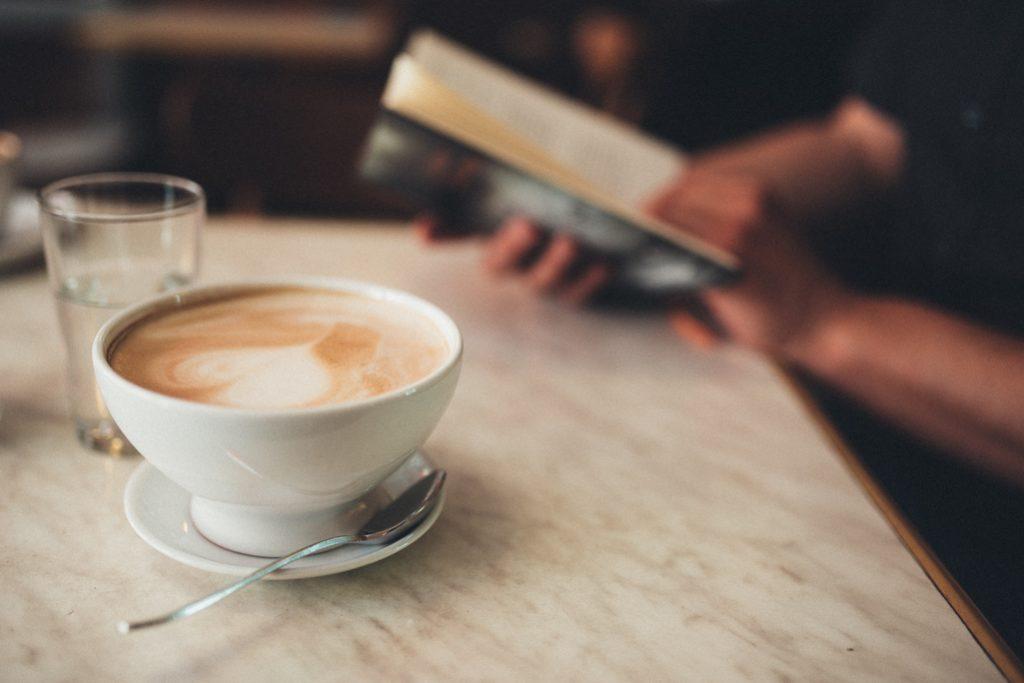 Buecher und Koffein