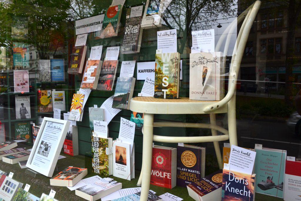 Ein Schaufenster mit Büchern aus dem Literaturblog Kaffeehaussitzer in der Buchhandlung Olitzky in Köln-Klettenberg.
